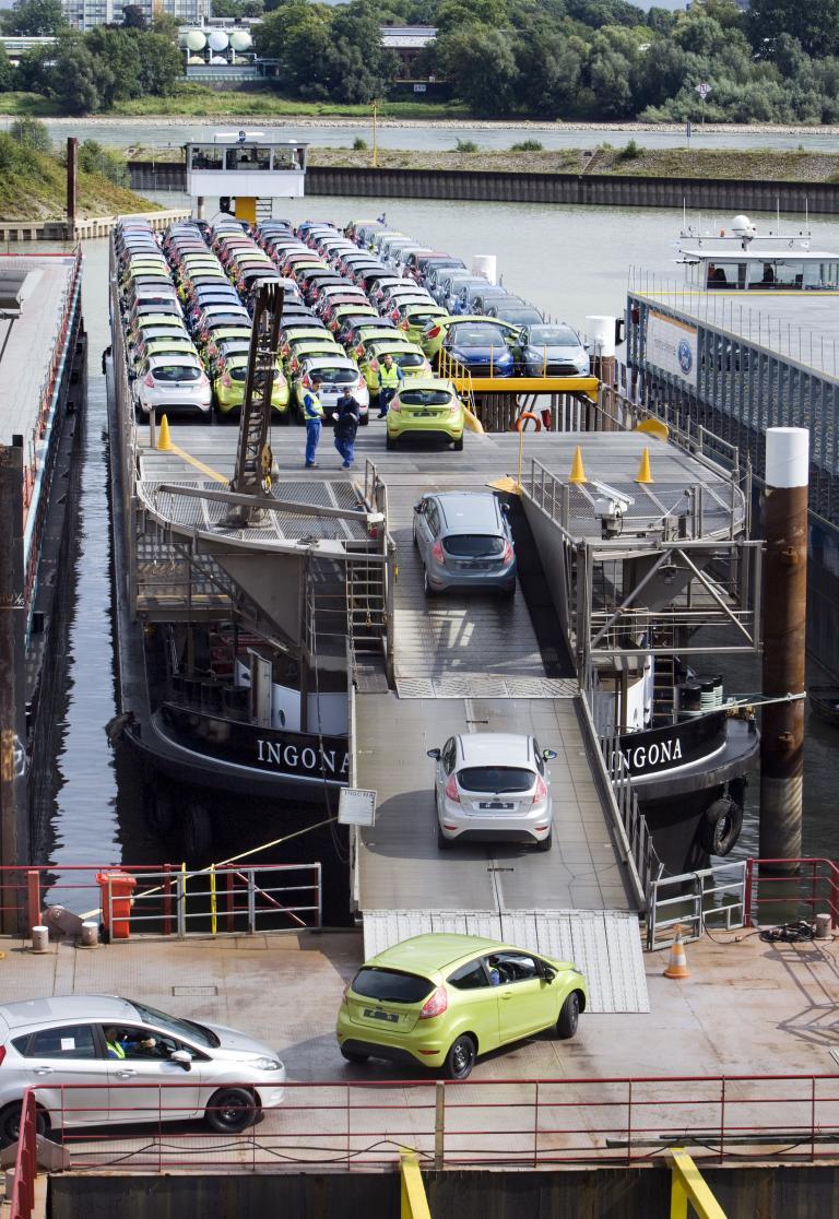 80 Jahre Ford in Köln: Verladung auf Rhein-Schiffe.