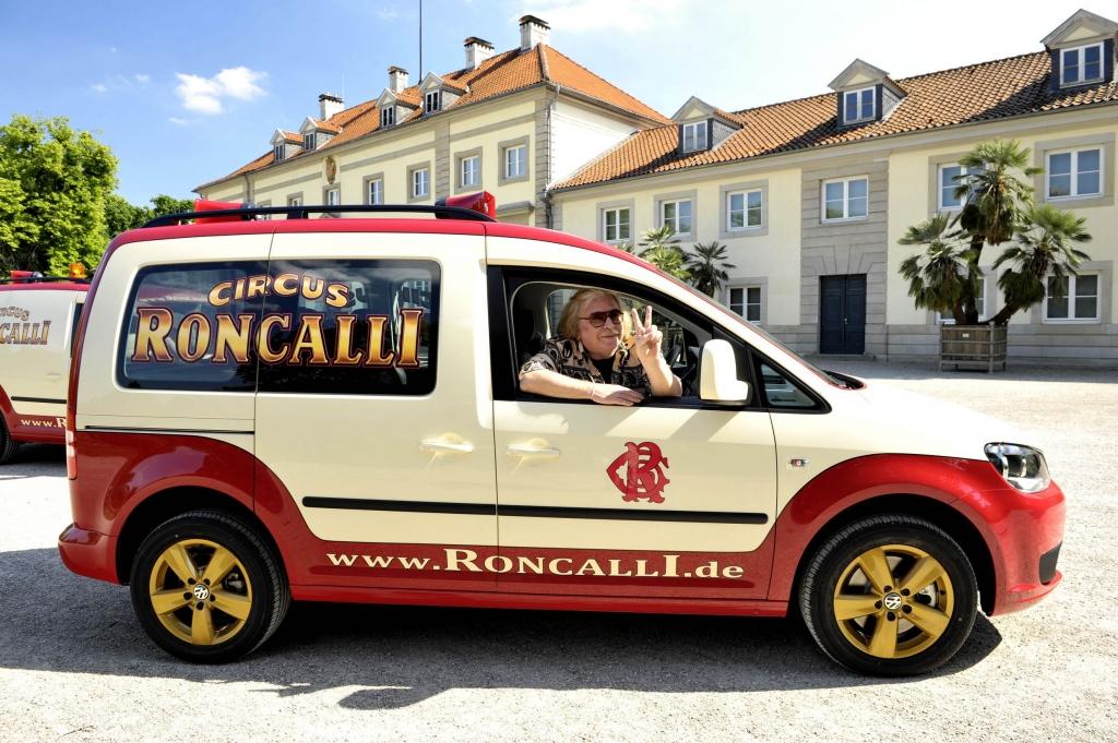 Der Direktor des Zirkus Roncalli, Berhard Paul nimmt am 25.05.2011 in Hannover zwei individuell designte Caddy