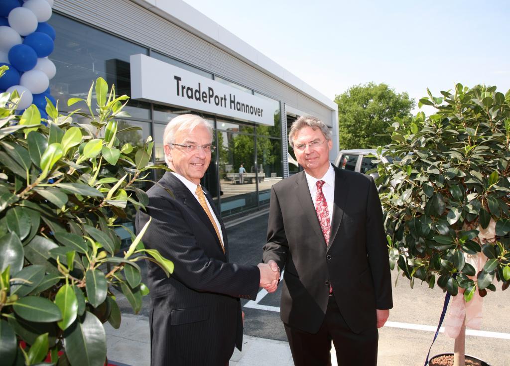 Eröffneten gemeinsam den 50. TradePort in Hannover- Bernd Huchzermeyer, Geschäftsführer der VGSG (li) und Hans-Dieter Rybicki, der den TradePort Hannover leiten wird.