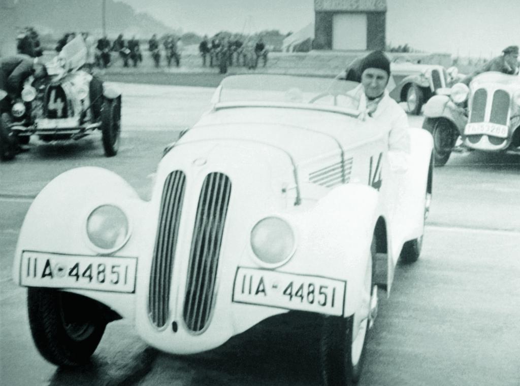 Ernst Henne im ersten BMW 328 Prototyp vor dem Start zum Eifelrennen 1936.