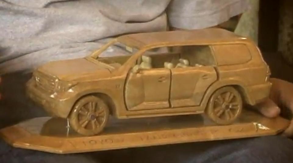 Fast besser als das Original – beeindruckende Auto-Holzskulpturen