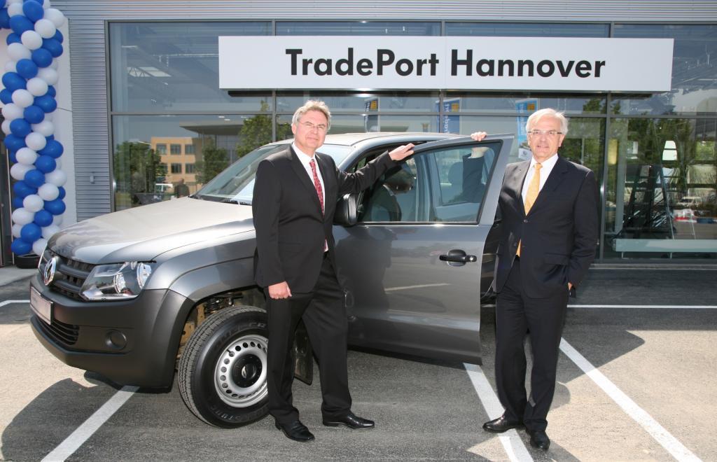 Hans-Dieter Rybicki, Leiter TradePort Hannover und Bernd Huchzermeyer, Geschäftsführer der VGSG, Volkswagen Gebrauchtwagenhandels und Service GmbH. (von li nach re.)