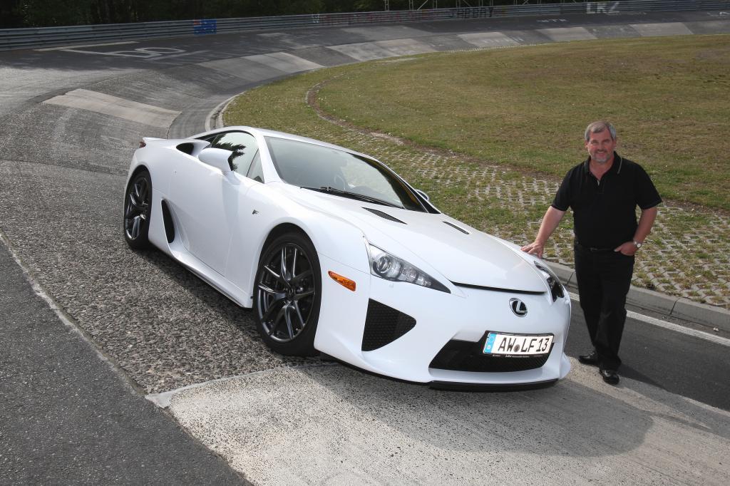 Manfred Sattler und sein Lexus LFA.