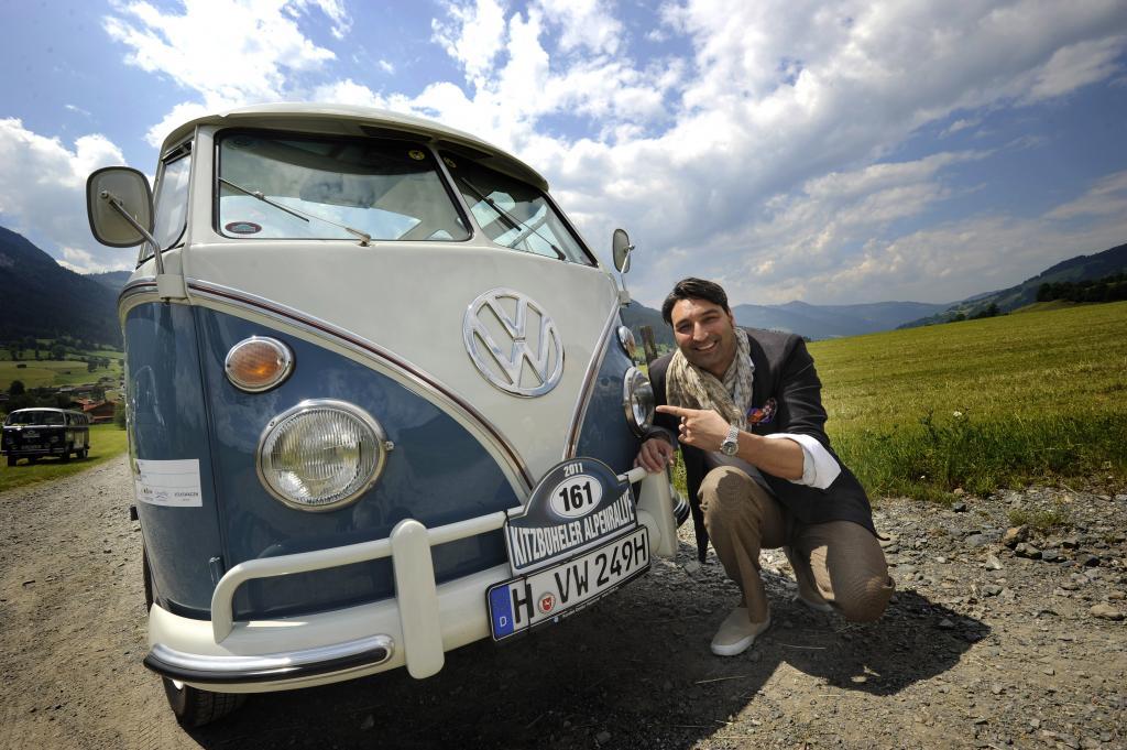 Mousse T. nimmt mit einem VW Samba-Bus an der Kitzbüheler Alpenrallye teil.