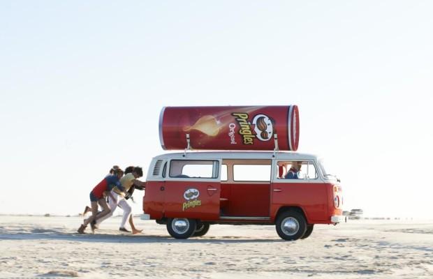 Rot-weiße VW-Bullis werben für Pringels