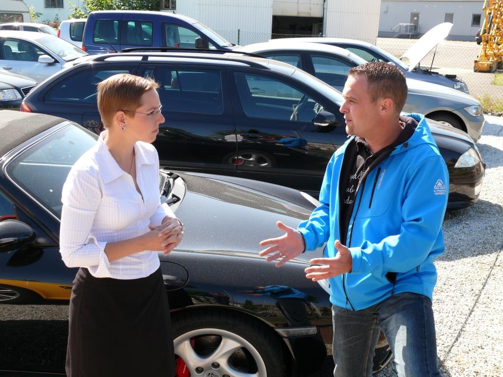 Silvana Mosig im Gespräch mit auto.de-Händlerbetreuer André Wolf
