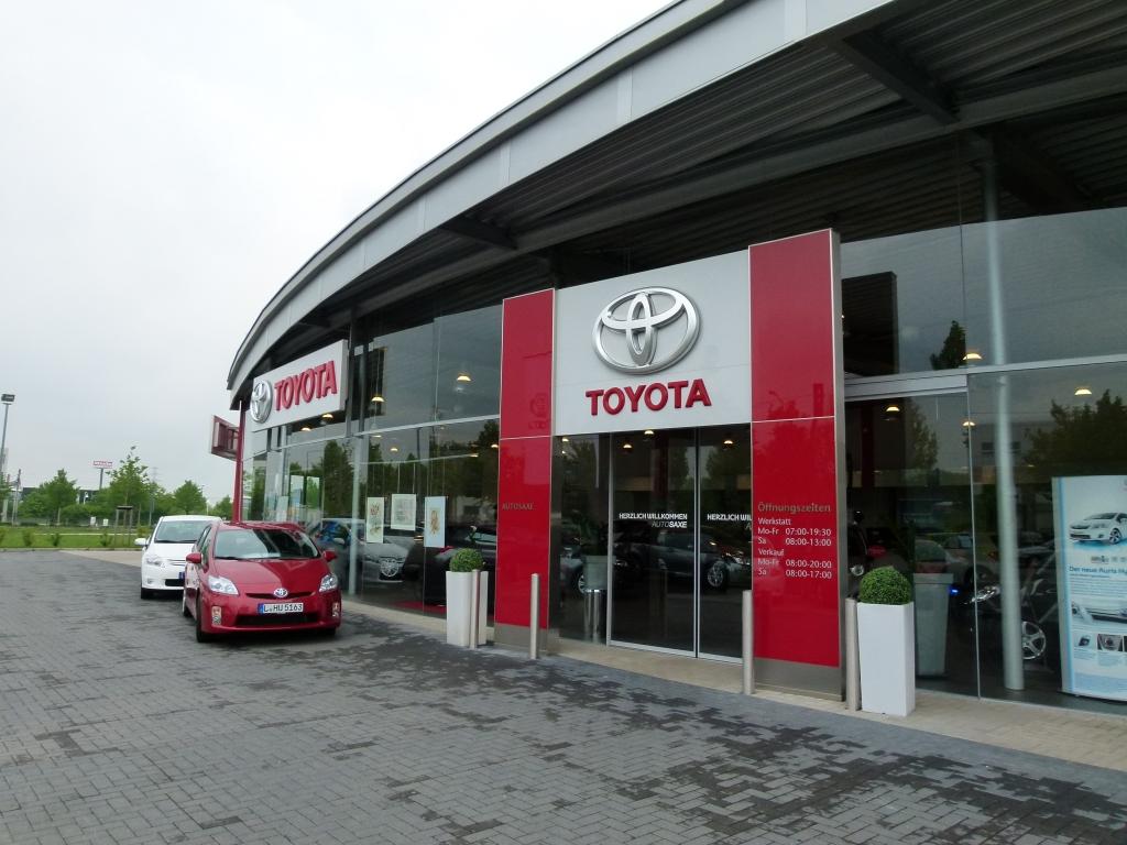 """auto.de fragt nach: """"Autos verkaufen ist nicht Männersache, sondern Könnersache!"""" - Der Eingang Auto Saxe Leipzig"""