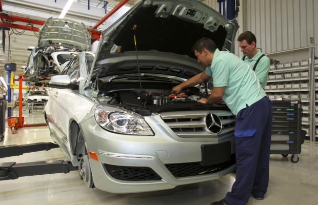 100 Jungfacharbeiter erhalten bei Mercedes-Benz unbefristete Beschäftigung