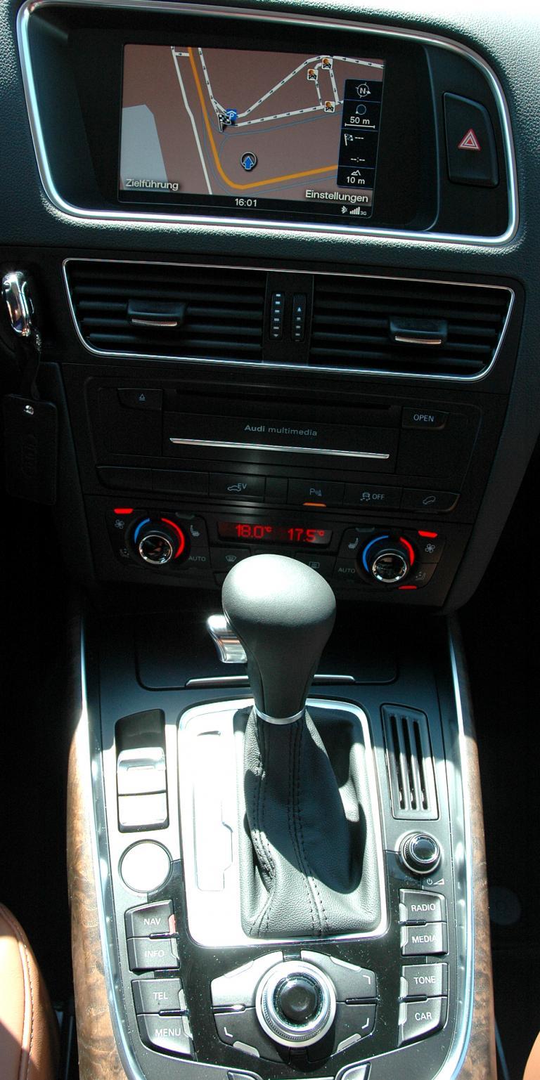 Audi Q5 Hybrid Quattro: Blick auf den mittleren Armaturenträger.