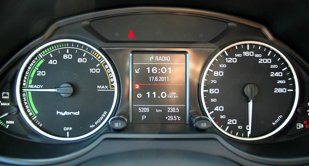 Audi Q5 Hybrid Quattro: Blick durch den Lenkradkranz auf die Rundinstrumentierung.