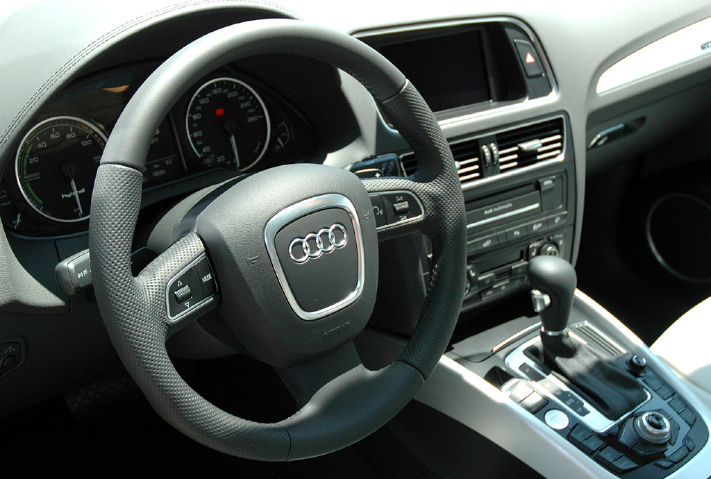 Audi Q5 Hybrid Quattro: Blick ins sportlich-funktionelle Cockpit.