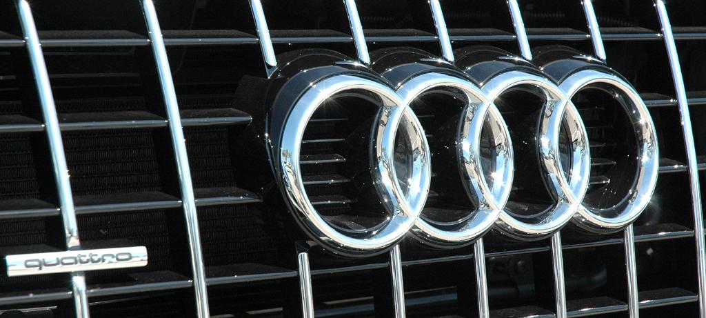 Audi Q5 Hybrid Quattro: Markenringe und Allrad-Schriftzug sitzen vorn im oberen Kühlergrill-Teil.