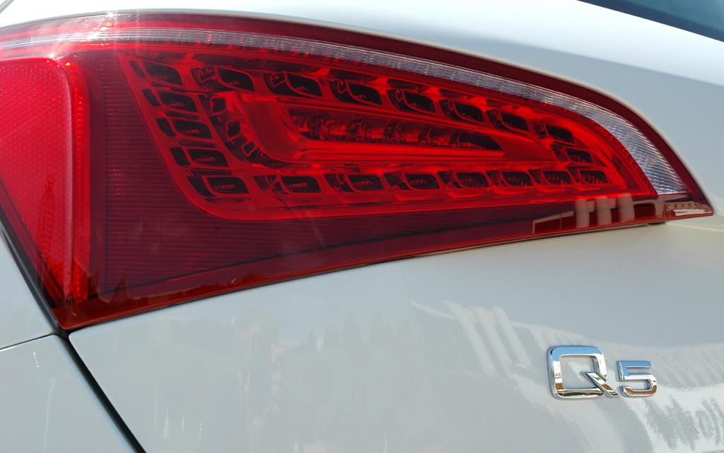 Audi Q5 Hybrid Quattro: Moderne Leuchteinheit hinten mit Modellschriftzug.