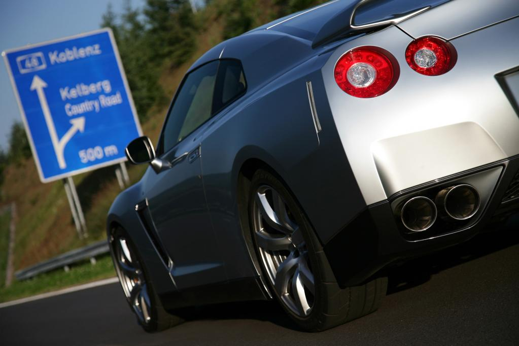 Auf der Autobahn reicht ein kurzes Antippen des Gaspedals und der 3,8-Liter-V6-Motor geht lautstark ab.