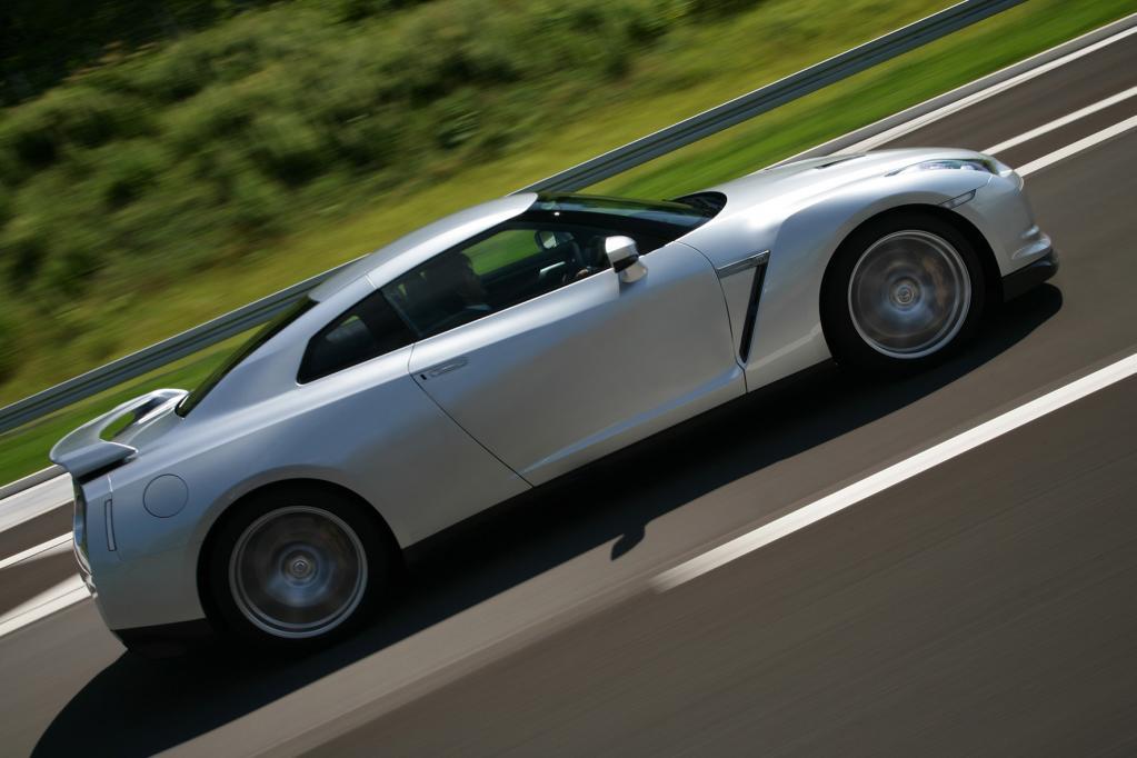 Beim Beschleunigen geht der GT-R ab wie ein Weltklassesprinter im olympischen Finale. In Zahlen: Null auf 100 km/h in deutlich unter 4 Sekunden.