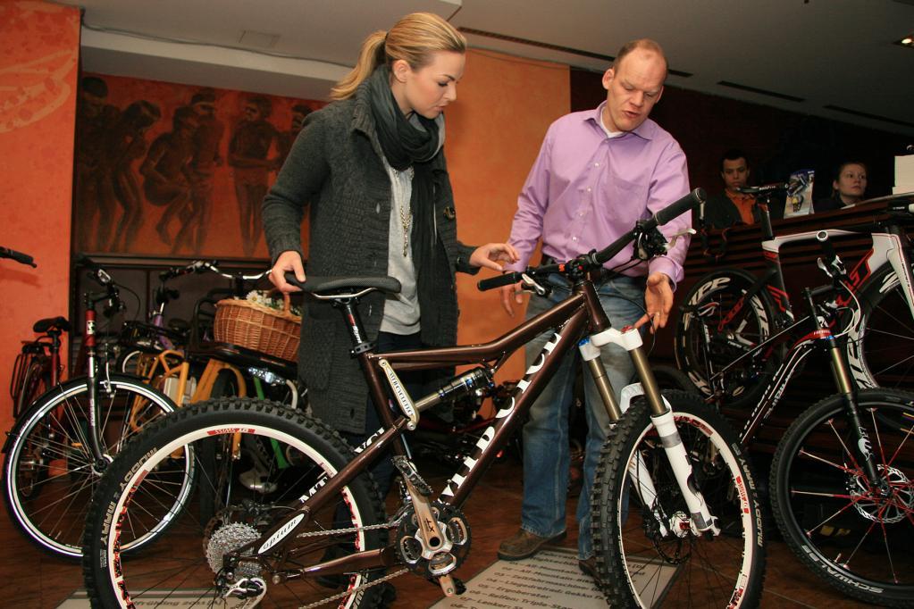 Beim Fahrradkauf muss man nicht nur auf die passende Rahmenhöhe achten. Kommt es zu einer Probefahrt, ist es ratsam, schriftlich einen Haftungsausschluss zu vereinbaren.