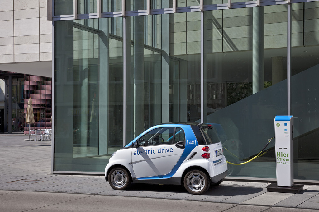 Car2go in Ulm: Smart Fortwo Electric Drive an einer Ladesäule.