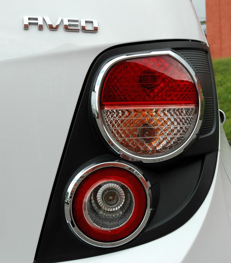 Chevrolet Aveo: Moderne Leuchteinheit hinten mit Modellschriftzug.