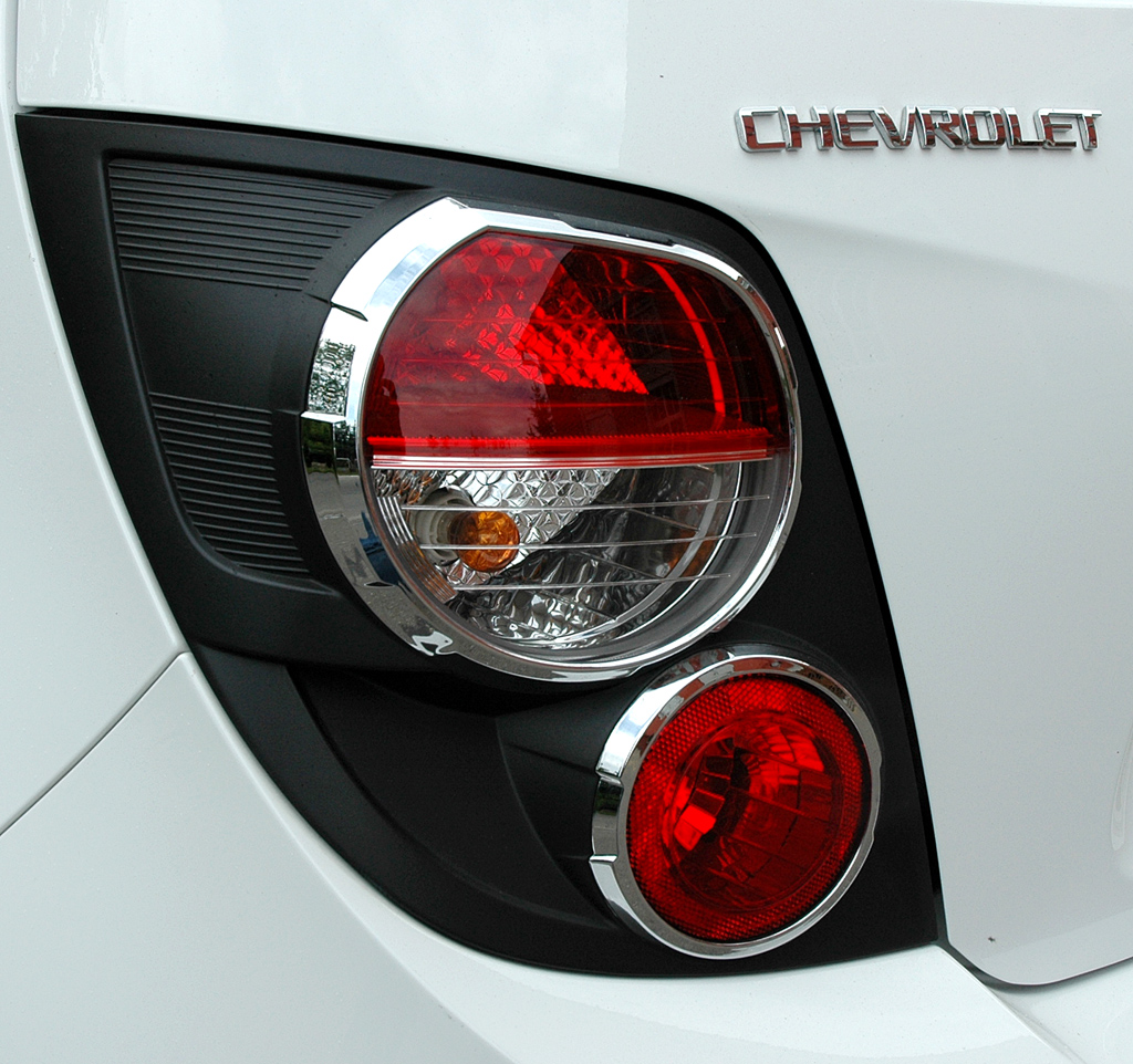 Chevrolet Aveo: Moderne Leuchteinheiten hinten mit Markenschriftzug.