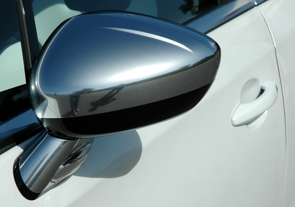 Citroën DS4: Blick auf den Außenspiegel auf der Fahrerseite.