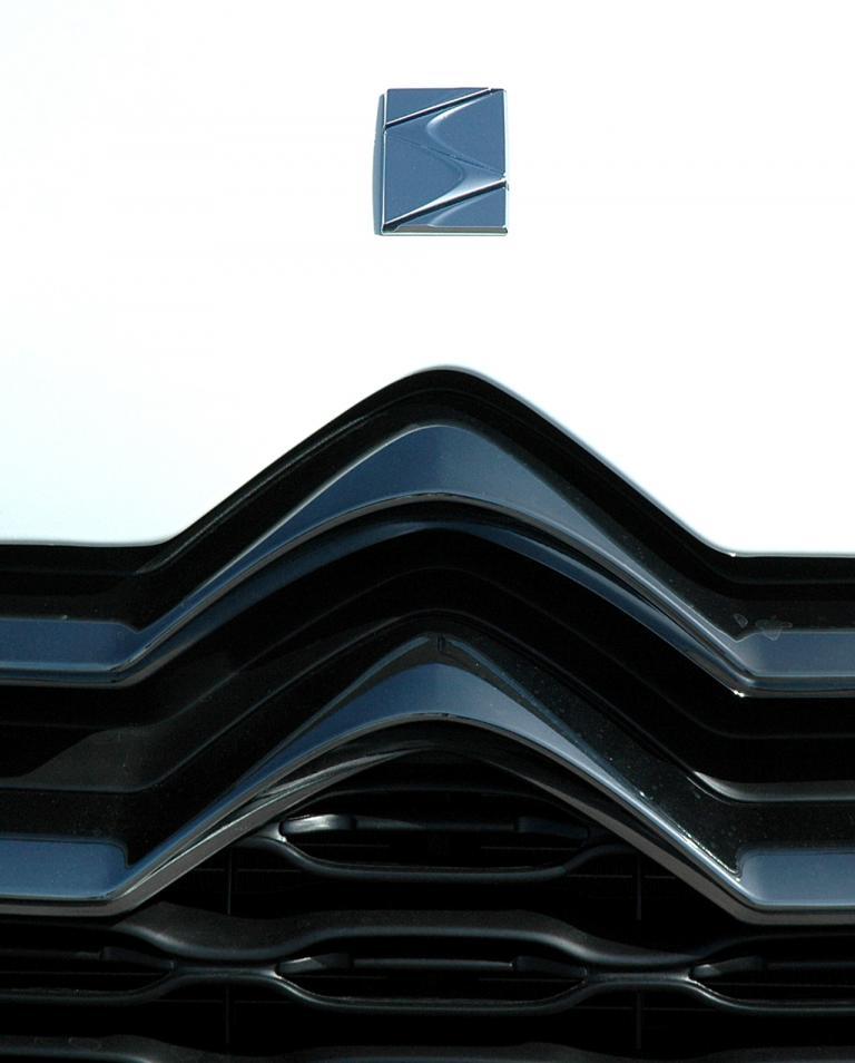 Citroën DS4: Das stilisierte DS-Zeichen sitzt vorn auf der Motorhaube über dem Kühlergrill.