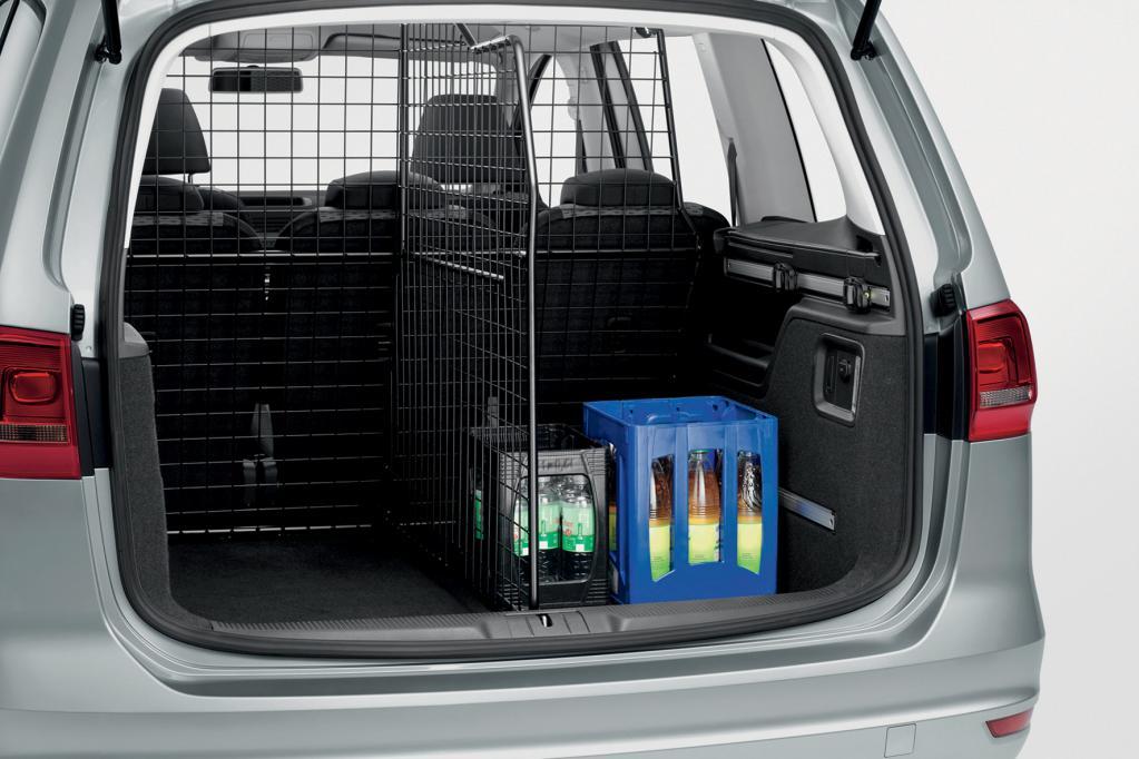 Das Trenngitter von Volkswagen Zubehör, welches den Gepäckraum des VW Sharan vom Fahrgastraum abtrennt, lässt sich zum einen problemlos und ohne zusätzliche Bohrungen anbringen und sorgt zum anderen für eine erhöhte Sicherheit.