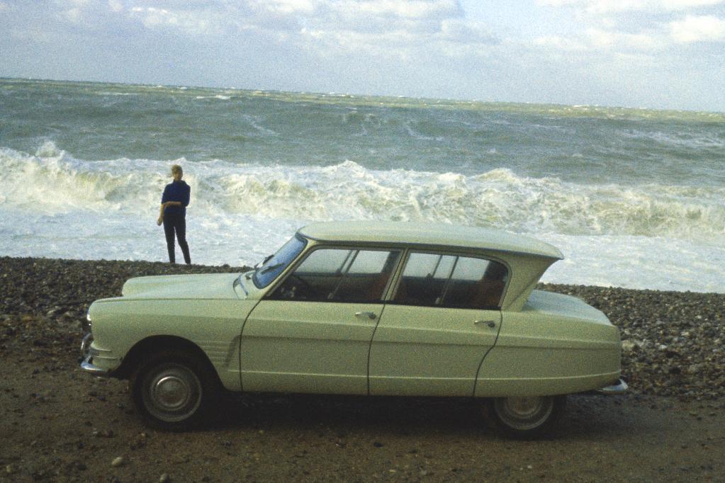 Das waren noch Zeiten. Auch am Strand macht der schräge Viertürer eine gute Figur.