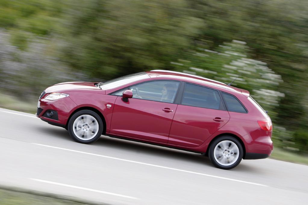 Der Seat Ibiza ST gehört zu den kleinen Kombis und ist zumindest an der Front sehr schnittig gestaltet.