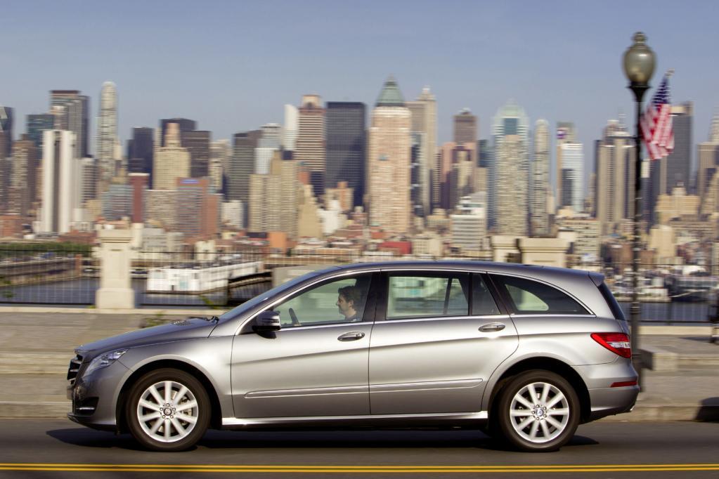 Die Mercedes R-Klasse ist in der Langversion ein echtes Raumwunder und packt mehr als 2 300 Liter Gepäck oder sieben Insassen.