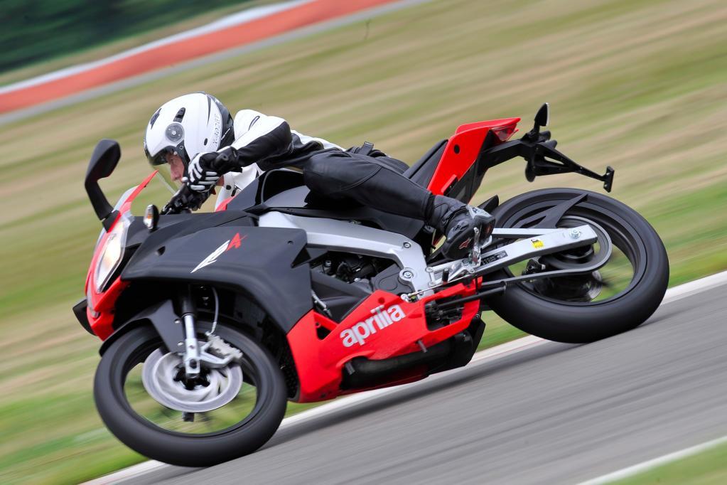 Die RS4 125 ist ein attraktives Leichtkraftrad im Stile der großen Superbikes RSV4R.
