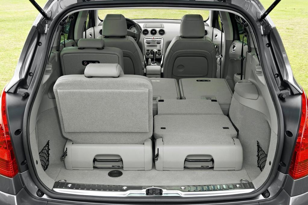 Die umklappbaren und verschiebbaren Sitze im Peugeot 308 sind ein Alleinstellungsmerkmal. Optional ist eine dritte Sitzreihe erhältlich.