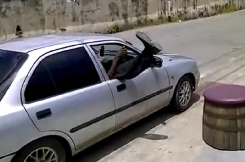 Ein Autofahrer in Barbados hat seine ganz eigene Art entwickelt, in ein Auto einzusteigen