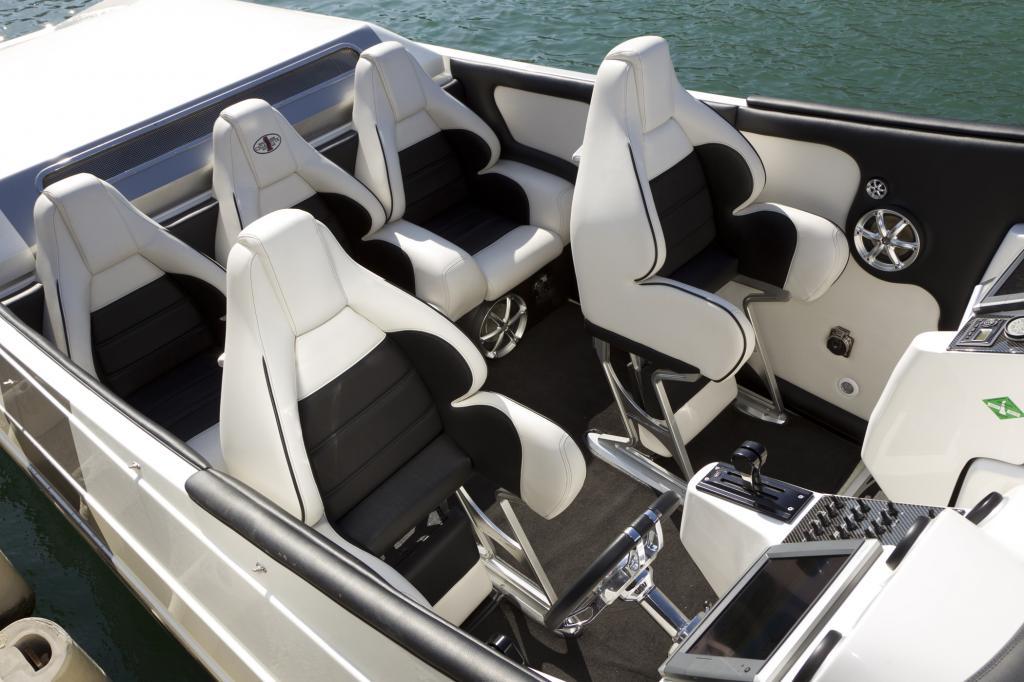 Fünf riesige, in weißem AMG-Leder gepolsterte Sessel sind alles, was das Boot zu bieten hat