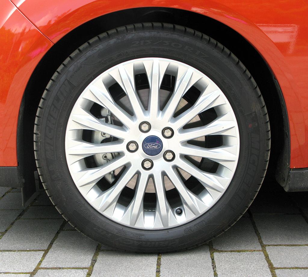 Ford Grand-C-Max: Blick auf die in diesem Fall 17-Zöller mit den 215er-Reifen.