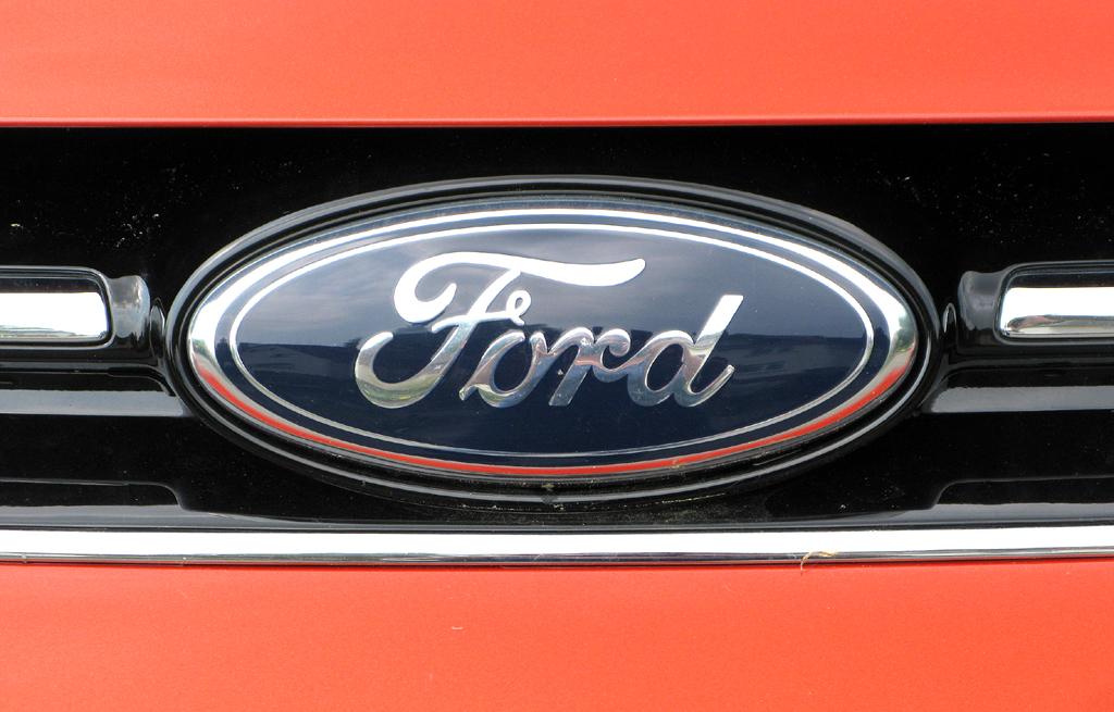Ford Grand-C-Max: Das Markenoval sitzt vorn in der kleinen Kühlergrill-Leiste oben.