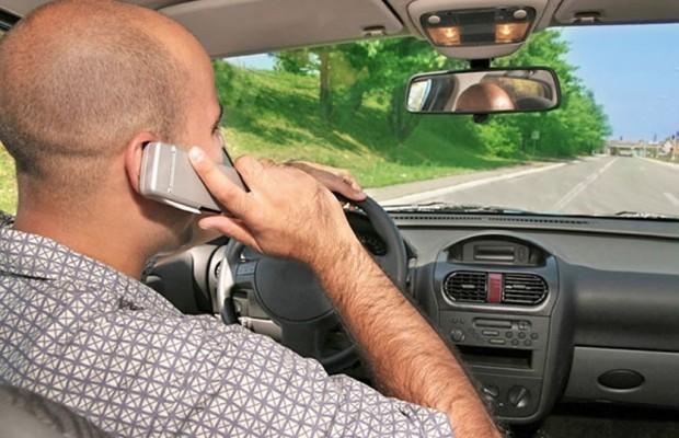 Handy im Auto: Über 1 000 Euro Strafe drohen