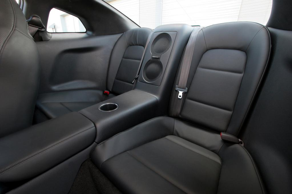 Im Innenraum geht es spartanisch bis edel zu. Für guten Sound sorgt neben dem Motor im Testwagen eine Bose-Musikanlage.