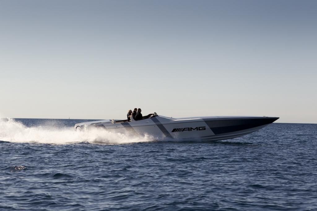 Im originalen Alubeam-Ton von AMG lackiert, funkelt das Speedboat wie ein Diamant in der Sonne