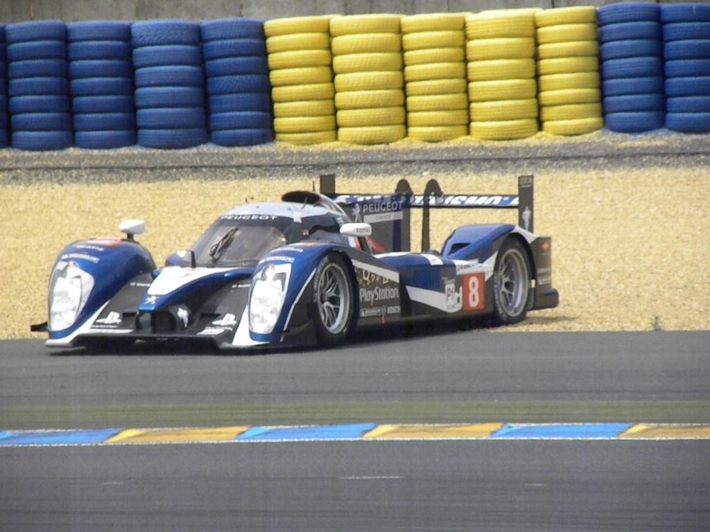 Le Mans 2011: Ausrutscher in der Einführungsrunde. Der Peugeot war nicht der einzige, den es schon vor dem Rennen aus der Strecke trug.
