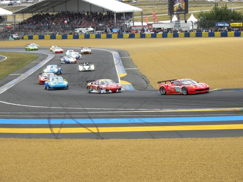 Le Mans 2011: Der Start hat geklappt; die Audis und die Peugeots sind schon durch.
