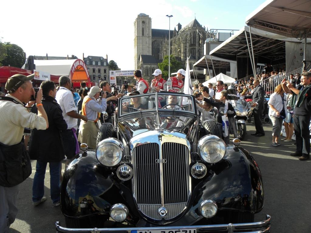 Le Mans 2011: Fahrerparade mit den Teams in Oldtimern.