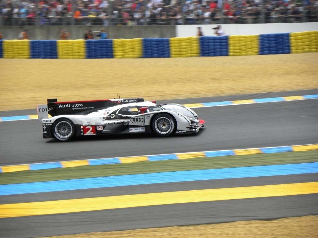 Le Mans: Audis Nummer 2 auf dem Platz eins, was man an der einen roten Leuchtdiode an der Seite erkennen kann.