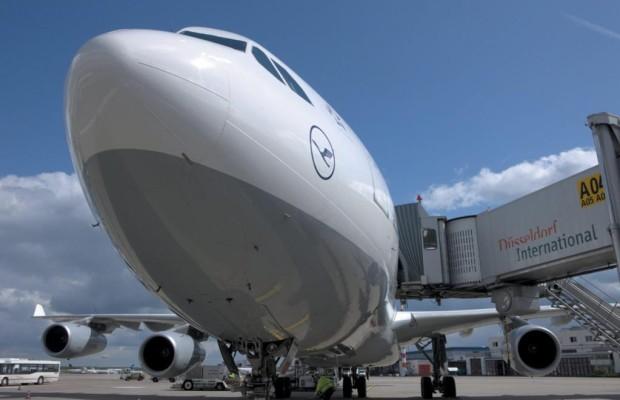 Männer genervt von Flugreise