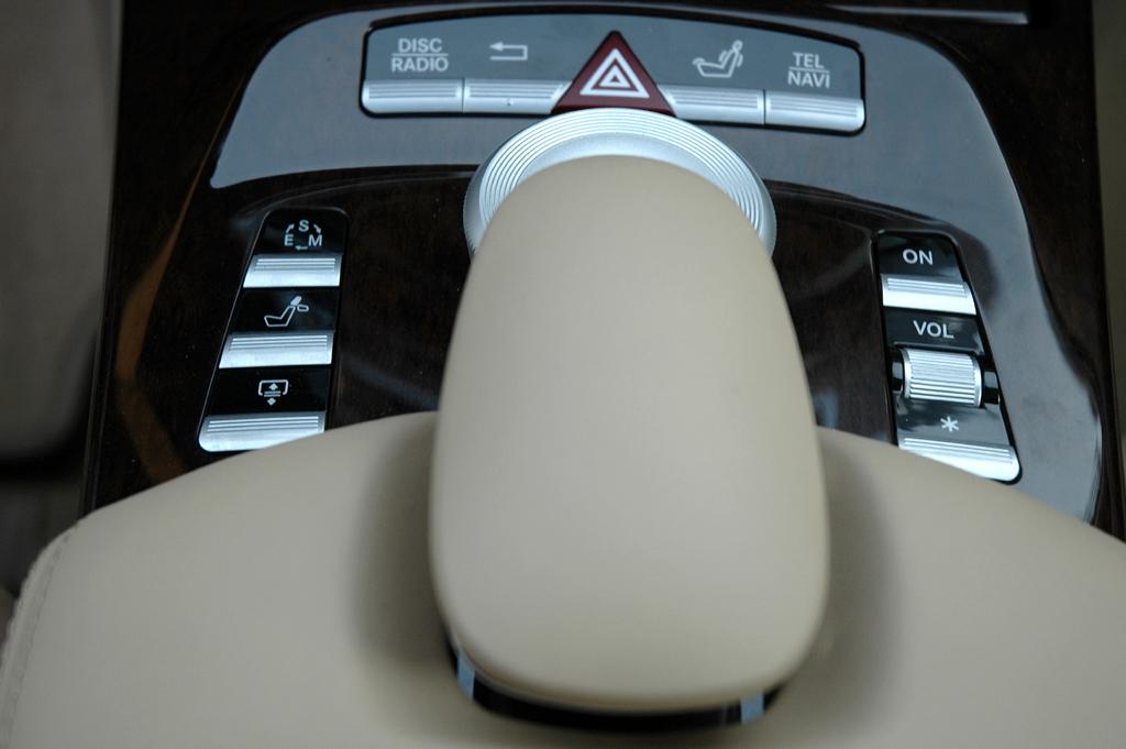 Mercedes S350 Bluetec: Blick auf den Mitteltunnel mit dem