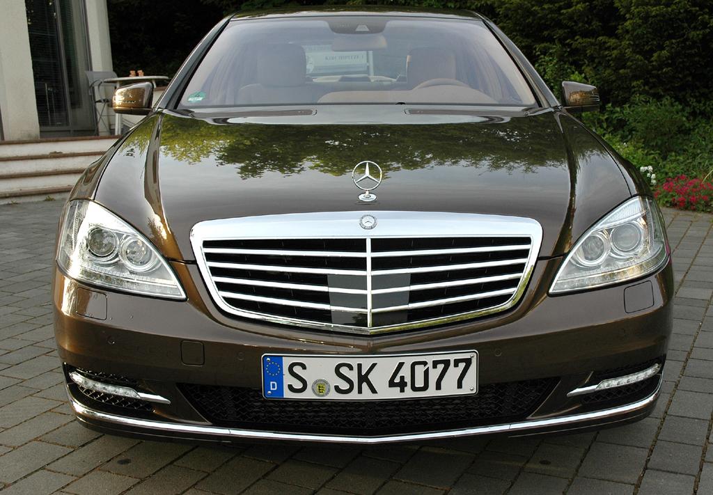 Mercedes S350 Bluetec: Blick auf die Frontpartie der Luxuslimousine.