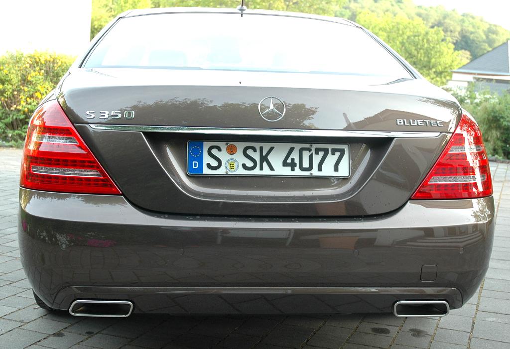Mercedes S350 Bluetec: Blick auf die Heckpartie der Stuttgarter Oberklasse.