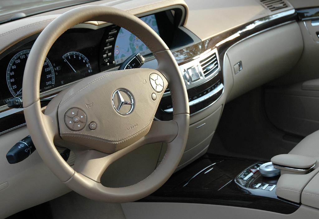 Mercedes S350 Bluetec: Blick ins recht übersichtlich gestaltete Cockpit.