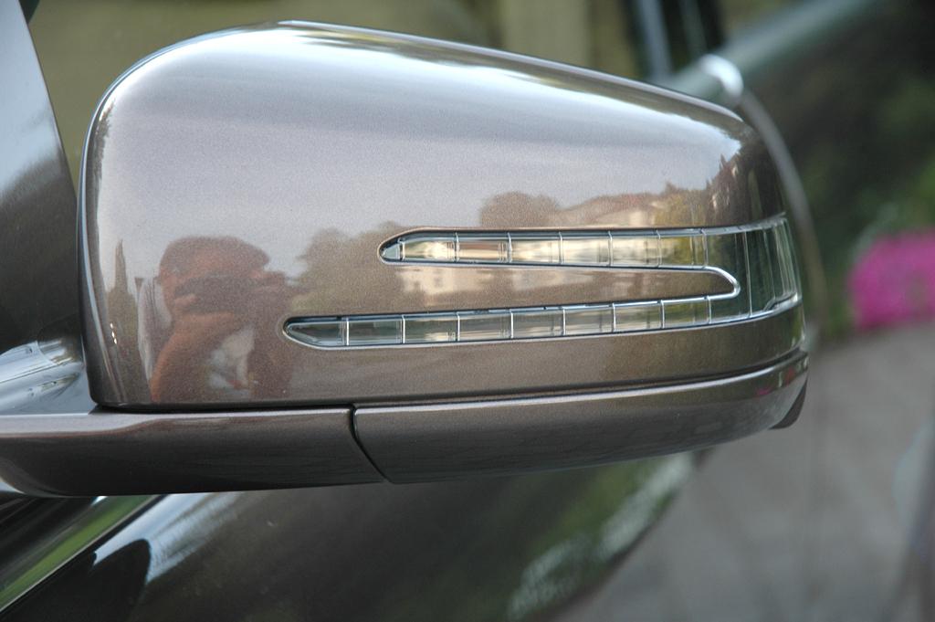 Mercedes S350 Bluetec: In die Außenspiegel sind LED-Blinkleisten integriert.