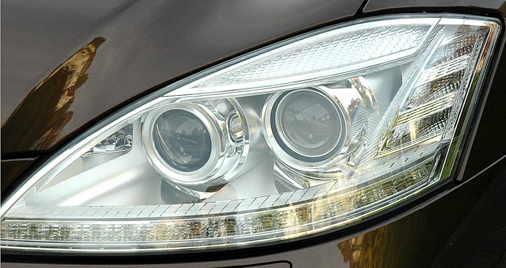 Mercedes S350 Bluetec: Moderne Leuchteinheit mit Bi-Xenon-Scheinwerfern vorn.