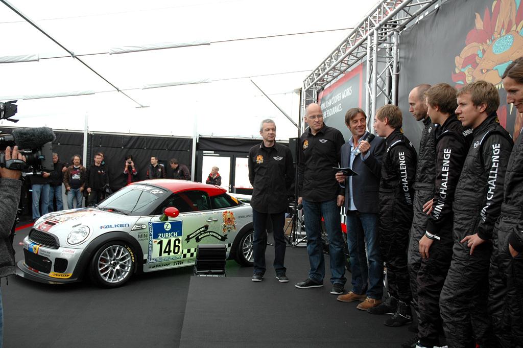 Mini Coupé: Bei der Premiere des Rennfahrzeugs auf dem Nürburgring unter anderem mit (von links) Technikkoordinator Udo Mark und Mini-Motorsport-Chef Dirk Hollweg auf der Bühne.